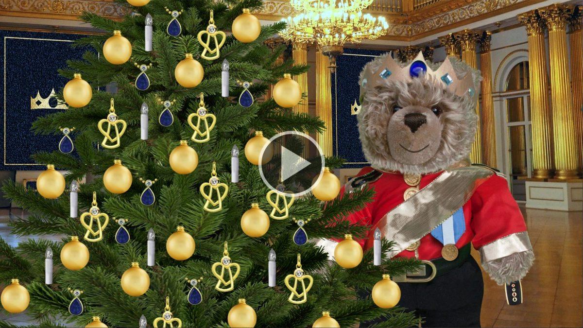 König Opa schmückt den Weihnachtsbaum
