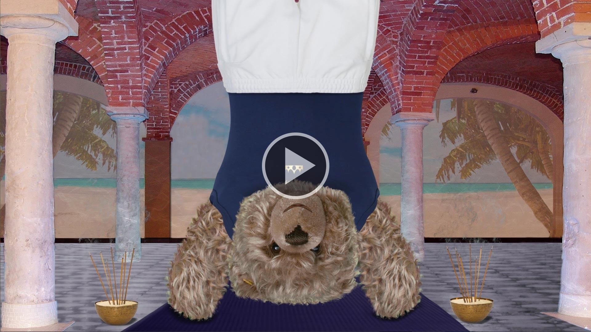 Teddy-König Opa macht Yoga