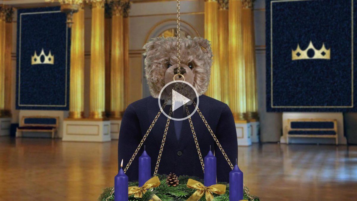 Teddy-König-Opa-und-der-Adventskranz